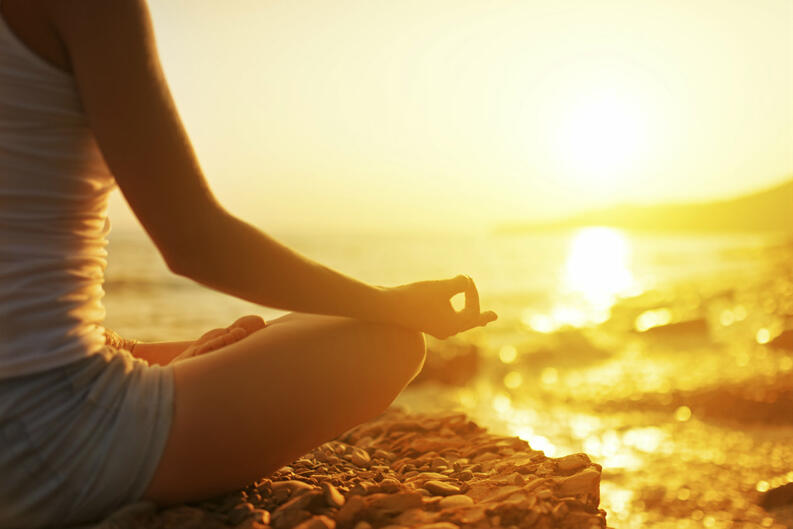 meditación playa efector terapéuticos del mar