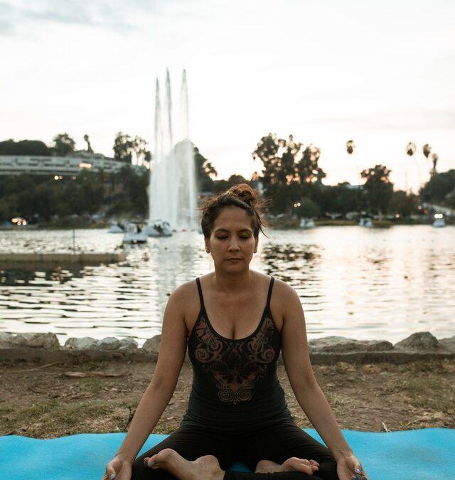 Sentarse en posición de loto y cuclillas, beneficios y cómo hacerlas